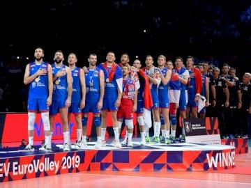 Reprezentacja Serbii w siatkówce - Reprezentacja Serbii w siatkówce. Grupa ludzi stojących przed tłumem pozujących do kamery.
