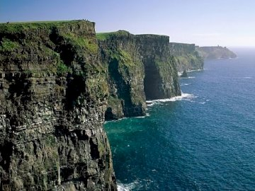 Cliffs of Moher - Cliffs of Moher Un grande specchio d'acqua con le Cliffs of Moher sullo sfondo.