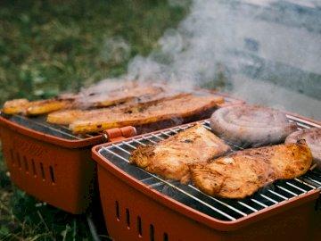 Podczas weekendu - Grillowane mięso na grillu na świeżym powietrzu. Belgia. Zakończenie jedzenie na grillu.