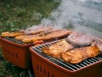 Κατά τη διάρκεια ενός Σαββατοκύριακου, ενώ - Ψητό κρέας στην εξωτερική σχάρα. Βέλγιο. Στενός επάνω σ