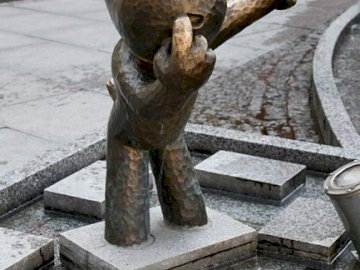 Puzzle pomnik Reksia - Puzzle przedstawiające pomnik Reksia w Bielsku- Białej. Posąg niedźwiedzia.