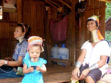 żyrafa kobiety Tajlandia - żyrafa kobiety Tajlandia. Osoba trzymająca dziecko.