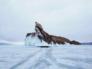 Bajkał, Irkuck, Syberia, - Brown rockowa formacja na białym śniegu. Sankt Petersburg, Rosja. Pokryta śniegiem góra.