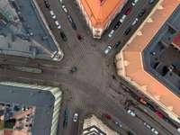 Aérea de arriba hacia abajo en Punavuori - Vehículos en carretera asfaltada. Helsinki, Finlandia.