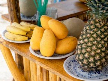 Fruits frais au stand de smoothie - Assiette de fruits. Caroline du Nord. Une banane assise sur une table en bois.