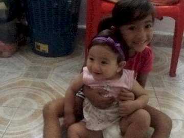 mes bébés - C'est la première fois que je montre une photo. Un petit garçon tenant un bébé.