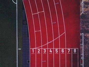 Laufbahn aus der Luft - Luftbild der Leichtathletik-Rennstrecke. Berlin, Deutschland. Eine Nahaufnahme einer roten Tür.