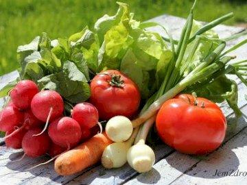 Nowalijki - Puzzle 30 elementów dla dzieci, przedstawiające młode wiosenne warzywa. Miska owoców siedzi na s