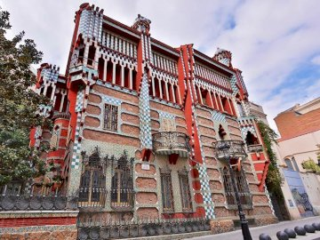 Casa Vincens - Casa Vicens - tenement house designed by Gaudi in 1978-80. A group of people in front of Casa Vicens
