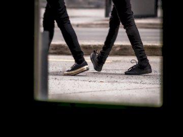 2 Freunde gehen synchron. - Person Menschen auf raod. Montreal Kanada. Eine Person, die die Straße entlang geht.