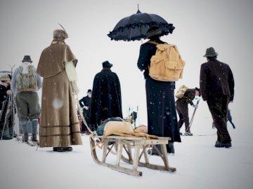 Snowy, vintage trek - Ludzie chodzą w śnieżny dzień. Höfen. Kilka osób stojących na śniegu.