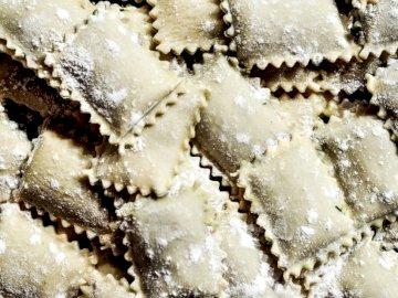 Raviolis faits à la main - Tas de pâtes. Hambourg, Allemagne.