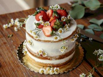 Foto de pastel de fresa - Foto de pastel de fresa. Un pedazo de pastel sentado encima de una mesa de madera.