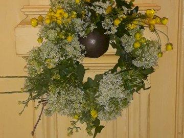 Αγριολούλουδα - Προσπάθησε  να φτιάξεις την εικόνα. A vase of flowers sitting on a yell