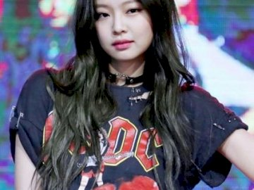 Jennie Kim Bias - It is beautiful UwU and it is my dioza. A person looking at the camera.