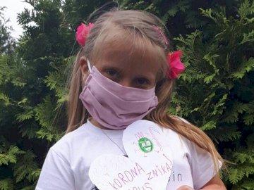 Maseczkowy Bohater Ewelinka - Ewelinka jako maseczkowy superbohater. Osoba trzymająca frisbee w ustach.
