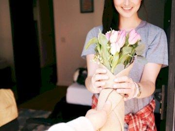 Przyniosłem je dla ciebie - Kobieta trzyma bukiety kwiatów. San Francisco. Troszkę dziewczyna trzyma kwiatu.