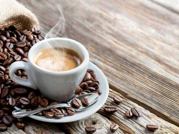 Historia del Café - Ideal para reforzar conocimientos acerca del tema. Una taza de café sobre una mesa.