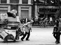 CDMX, människor - Man som drar vagnen med kartonger. En grupp människor som går ner på gatan.