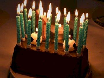 Pastel de cumpleaños dulce 17 - Velas verdes en pastel marrón. Schleswig-Holstein, Alemania. Un pastel de cumpleaños con velas enc