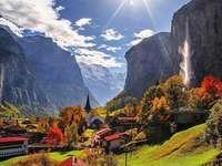 Suíça. - Suíça. Lauterbrunnen. Uma vista de Staubbach Falls.