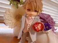 Un iubitor romantic - Un iubit căruia îi place să ofere flori frumoase. O vază de flori pe o masă.