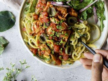 Spaghetti warzywne - Pomysł na obiad, warzywne spaghetti. Miska jedzenia.