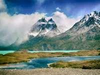 Nationalpark, Chile - Torres del Paine nationalpark, Chile. En vattenkropp med ett berg i bakgrunden.