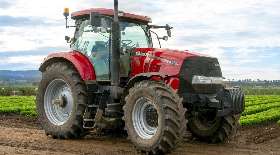 caja del tractor - encontrar todos los rompecabezas. Un gran tractor estacionado en la tierra (15×2)