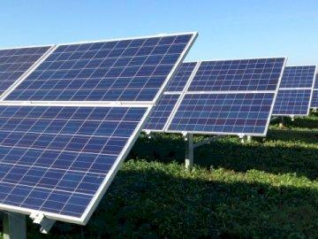 centrale fotovoltaica in un paesaggio - centrale fotovoltaica in un paesaggio.