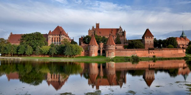 Замъкът Малборк - Замъкът Малборк. Тевтонски замък в Малборк. Замък на върха на замъка Малборк, заобиколен от водно тяло (4×2)