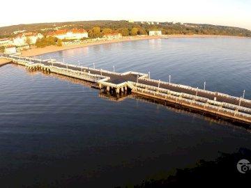 El muelle en Sopot - Vista aérea del muelle en Sopot. Un puente sobre un cuerpo de agua.