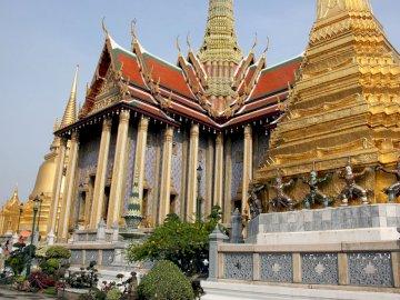 Wielki Pałac w Bangkoku - Złóż tę piękną układankę z Grand Palace w Bangkoku w Tajlandii. Statua przed Grand Palace.