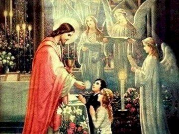 Heilige Kommunion - Kinder erhalten Kommunion. Eine Statue eines Mannes und einer Frau, die vor einem Gebäude stehen.