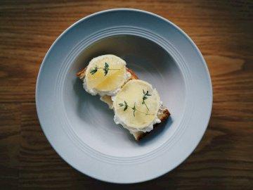 Toast, cibo - Limone affettato sul piatto ceramico bianco. Shanghai. Un pezzo di torta su un piatto.