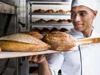 Rompecabezas de panadero - Organiza los rompecabezas. Quien es ese. Una persona que está parada en la cocina.