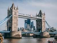 Torony híd - Tower Bridge, London, Egyesült Királyság. Egy nagy híd egy kis víz felett.