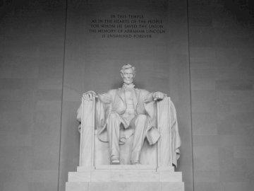 Abraham Lincoln - Pomnik Abrahama Lincolna. Rotterdam, Holandia. Czarno-białe zdjęcie mężczyzny z Lincoln Memorial