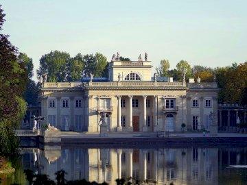 museo de baños reales en varsovia - museo de baños reales en varsovia. Un castillo con agua frente a un edificio.
