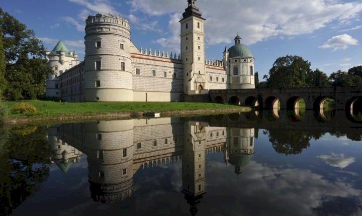 Krasiczyn - Zamek w Krasiczynie koło Przemyśla. Zamek z wodą w tle (11×9)