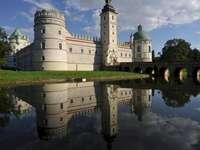 Krasiczyn - Krasiczyn kastélya Przemyśl közelében. A kastély víz a háttérben.