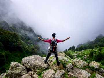 Lebe mein bestes Leben - Mann, der auf Berg steht.