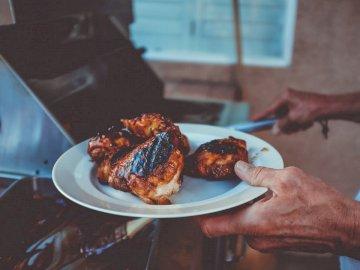 Kolacja jest serwowana - Smażone kurczaki na talerzu. 317 S 6th St, Las Vegas, NV 89101.