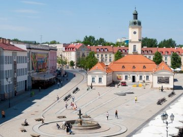 Kosciuszko Market Square - Puzzle depicting the Kościuszko Market Square in Bialystok. A group of people walking down a street