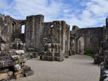 ruiny starego opactwa landévennec - ruiny starego opactwa Landévennec w Finistère w Bretanii, założonego w V wieku przez Saint-Guén