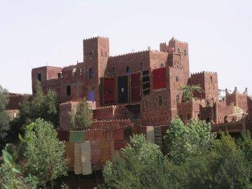 Alain Team BEM - Region Ourica Maroko. Zamek na szczycie ceglanego budynku.