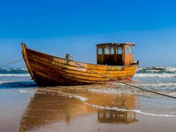 Ostsee - Blauer Himmel und blaues Wasser, d. H. Die Ostsee!. Ein kleines Boot in einem Gewässer.