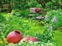 Στον κήπο - Ένα μέρος για να χαλαρώσετε στον κήπο. Ένα κόκκινο λουλ
