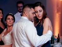 Guzz e Dea - Tanzendes Paar im brasilianischen Film der Hochzeitszeremonie. Eine Gruppe von Menschen, die für di