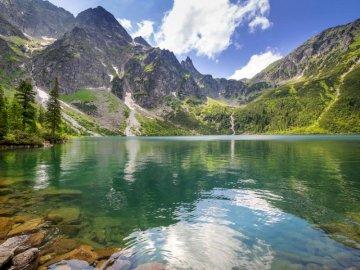 Montagnes polonaises - le paysage présente des montagnes en Pologne. Un plan d'eau avec une montagne en arrière-p